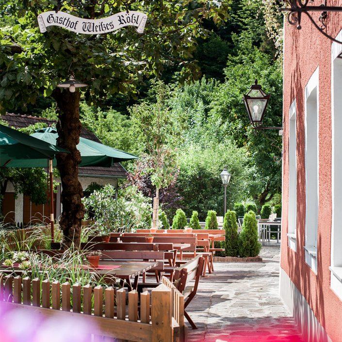 Gastgarten mit Sonnenschirm
