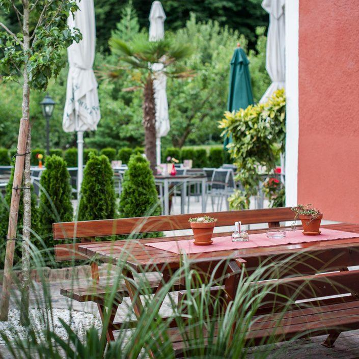 Gastgarten mit Holzgarnitur