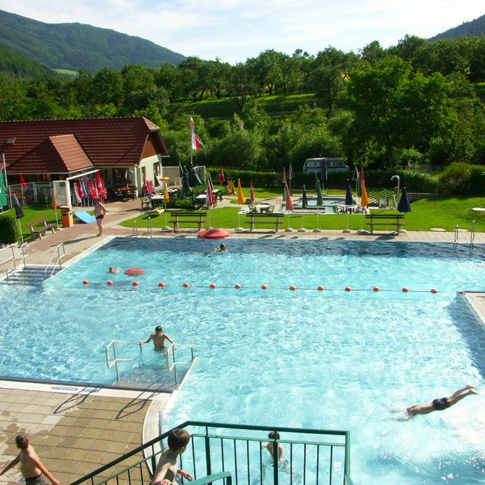 Erlebnisbad Mühldorf mir großem Becken und Wasserrutsche
