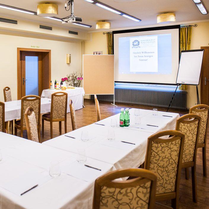 Seminarraum mit Beamer und Flipchart ausgestattet