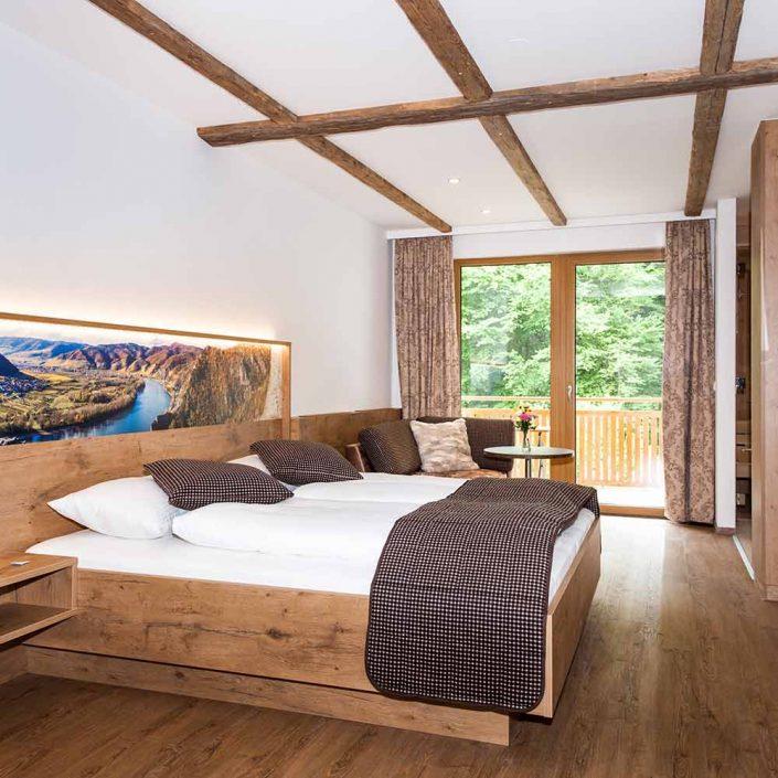 Doppelbett mit Couch und Balkon