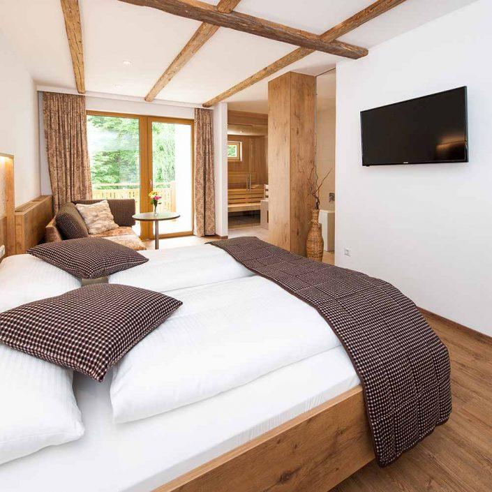 Doppelzimmer mit Couch, Bad und Sauna
