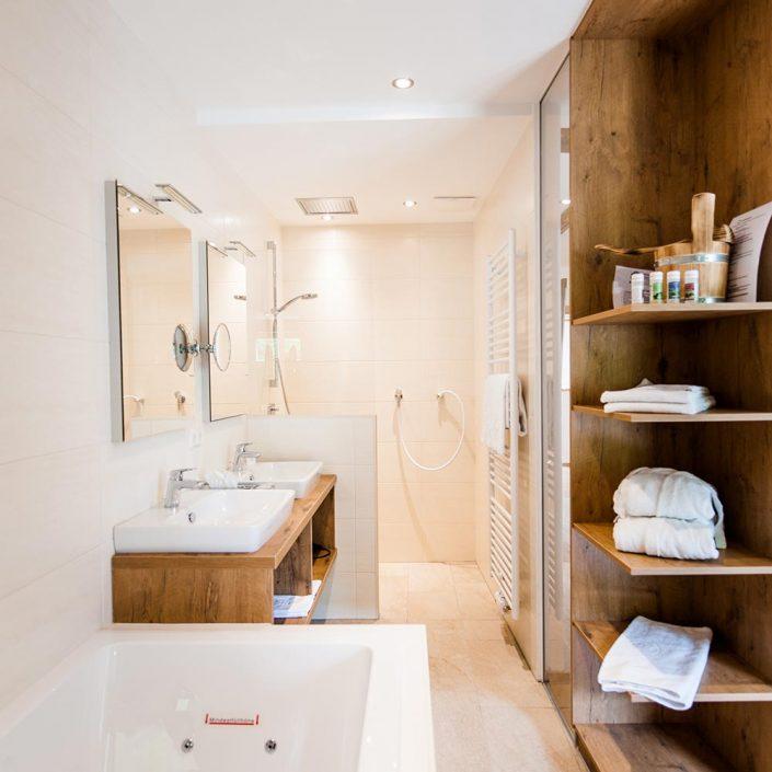 Badezimmer mit Badewanne, Dusche und zwei Waschbecken