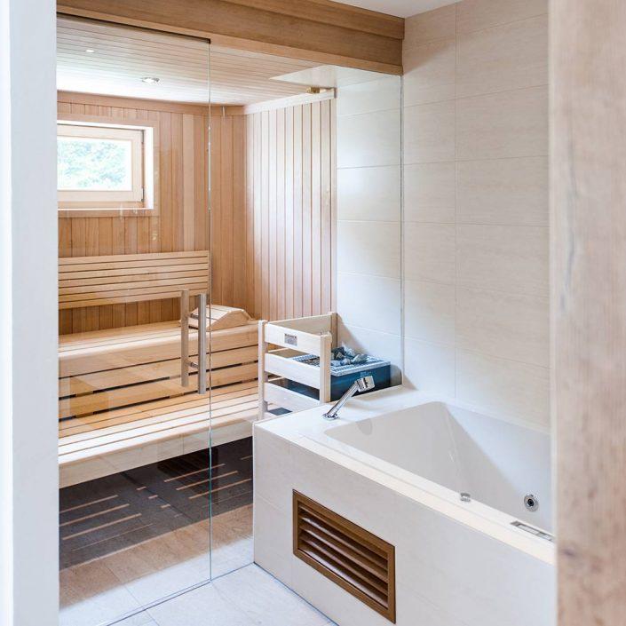 Badezimmer mit Badewanne und Sauna