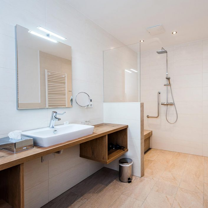 Barrierefreies Badezimmer mit Waschbecken und Dusche